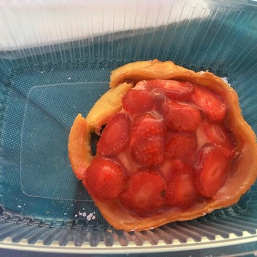 Deliveroo - Fuxia - Tarte aux fraisex maison sur fond de pâte aux amandes -
